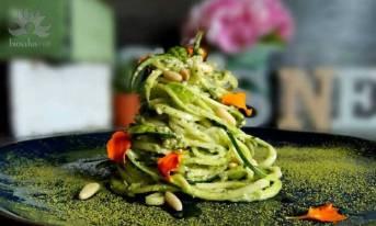 Spaghetti di zucchine con pesto di avocado